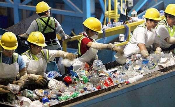 Процесс переработки пластиковых бутылок