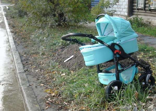 Детские коляски на мусорке