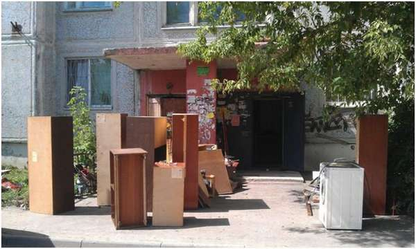 старая мебель у подъезда