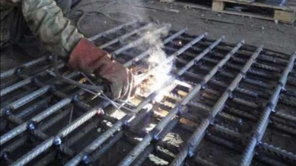 Процесс сварки каркаса из арматуры