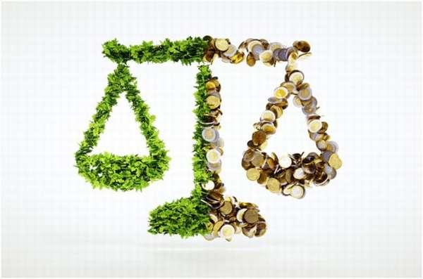 весы из зелени и монеток