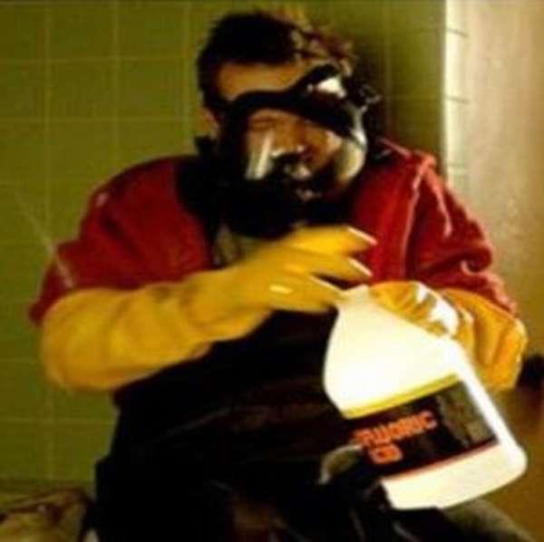 Соблюдение норм безопасности должно быть приоритетом при работе с кислотами