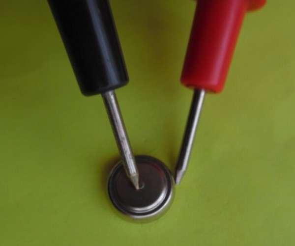 Измеряем батарейку для часов мультиметром