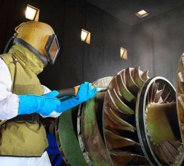 Процесс пескоструйной обработки метала.