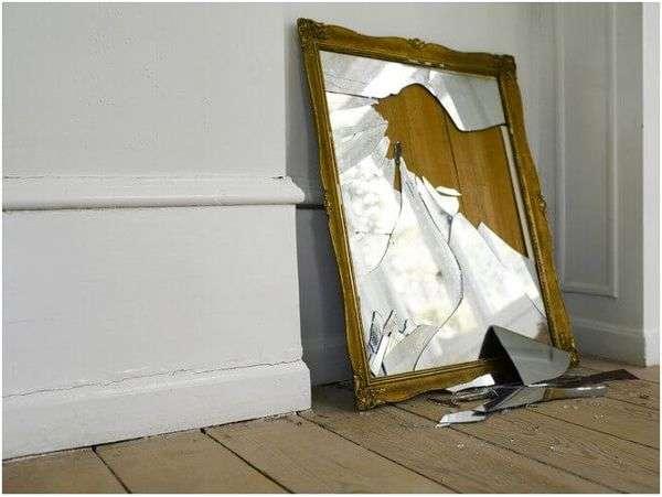 разбитое зеркало в деревянной оправе
