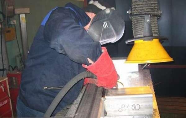 Процесс сварки под местной вытяжной вентиляцией