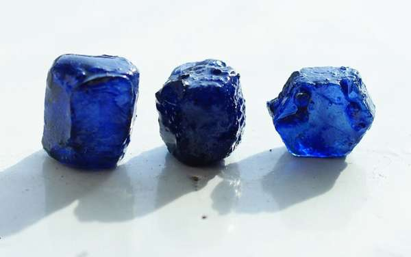 Что такое синтетический корунд и в чем его отличие от натурального камня