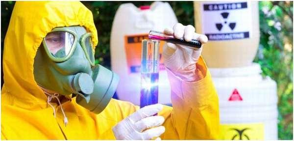 человек, работающий с опасными веществами