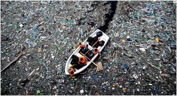 лодка в водоеме с мусором