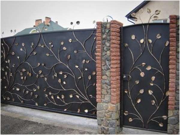 Кованое украшение на воротах