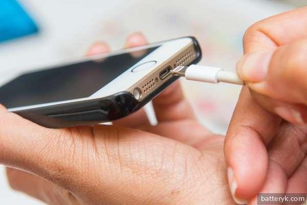 Пользователь подключает телефон к зарядке