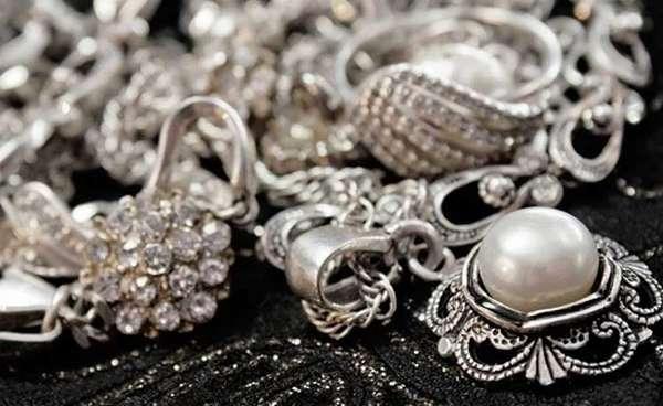 Как почистить серебро нашатырным спиртом и не испортить: какие украшения можно + чем нельзя
