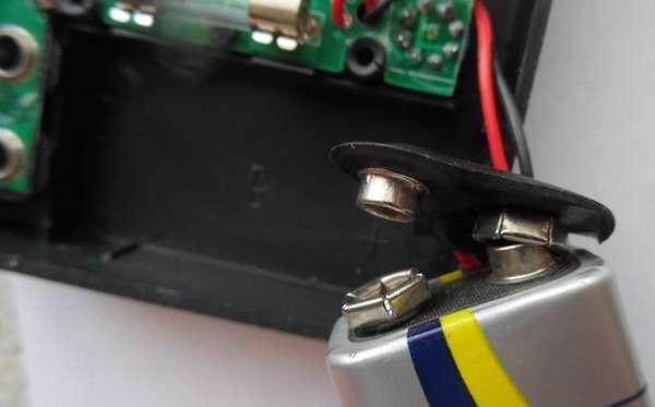 Соединяем батарейку с контактами