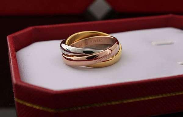 ТОП-3 причины, почему чернеет кожа на пальце под золотым кольцом   способы убрать следы