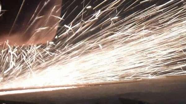 Искры при обработке стальных деталей